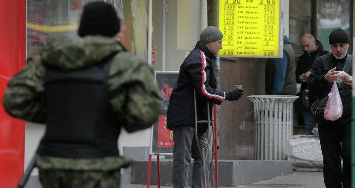 Hombre pide en una calle en Kiev