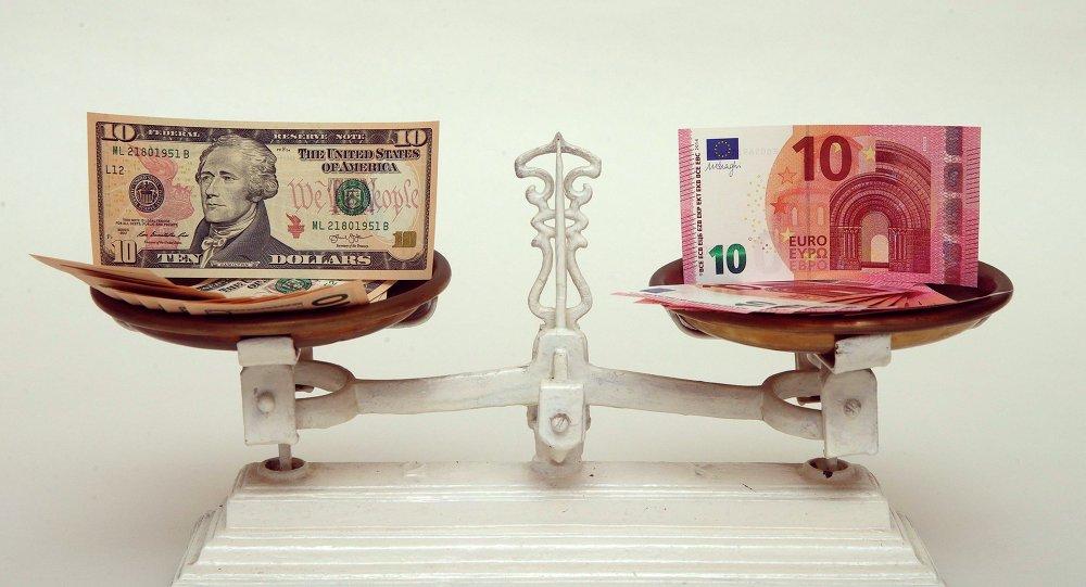 Dólar y euro en una báscula