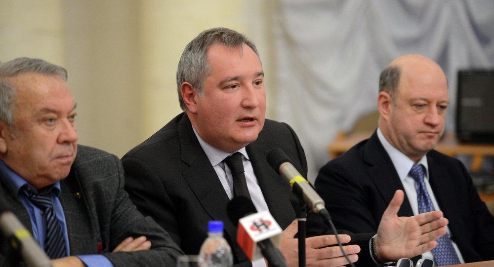 Dmitri Rogozin, vice primer ministro de Rusia (en el centro)