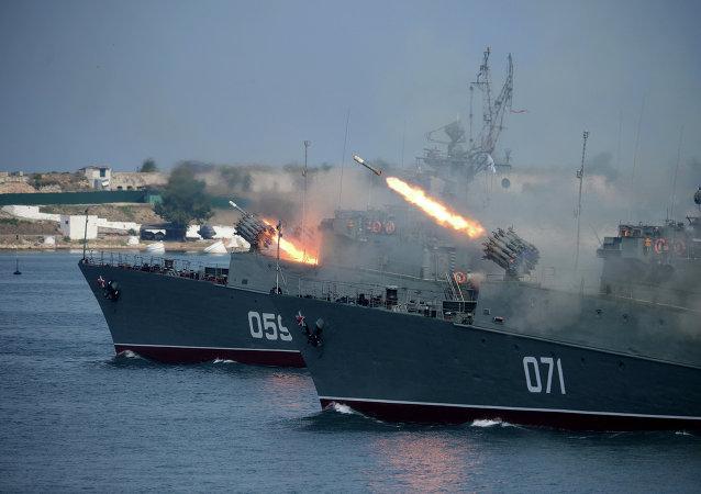 Buques antisubmarinos Alexándrovets y Súzdalets
