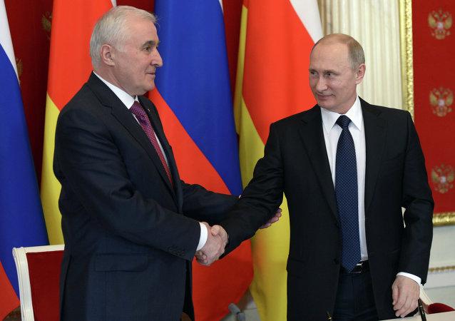Vladímir Putin, presidente ruso, con su homólogo suroseta, Leonid Tibílov (archivo)