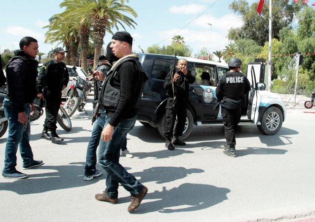 Policía tunecina frente al Museo del Bardo