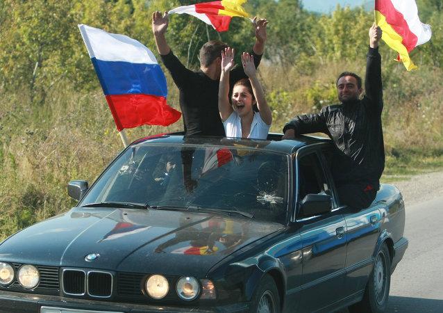 Banderas de Rusia y de Osetia del Sur (archivo)
