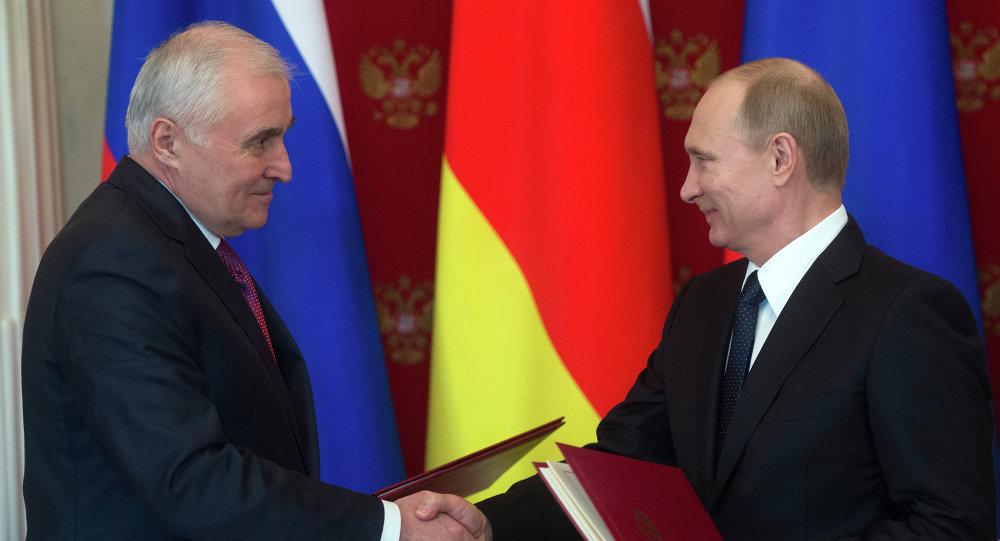 Presidente de Osetia del Sur, Leonid Tibílov y presidente de Rusia, Vladímir Putin (archivo)