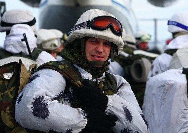 Militares rusos participan en las maniobras que se desarrollan en el marco de una inspección sorpresa