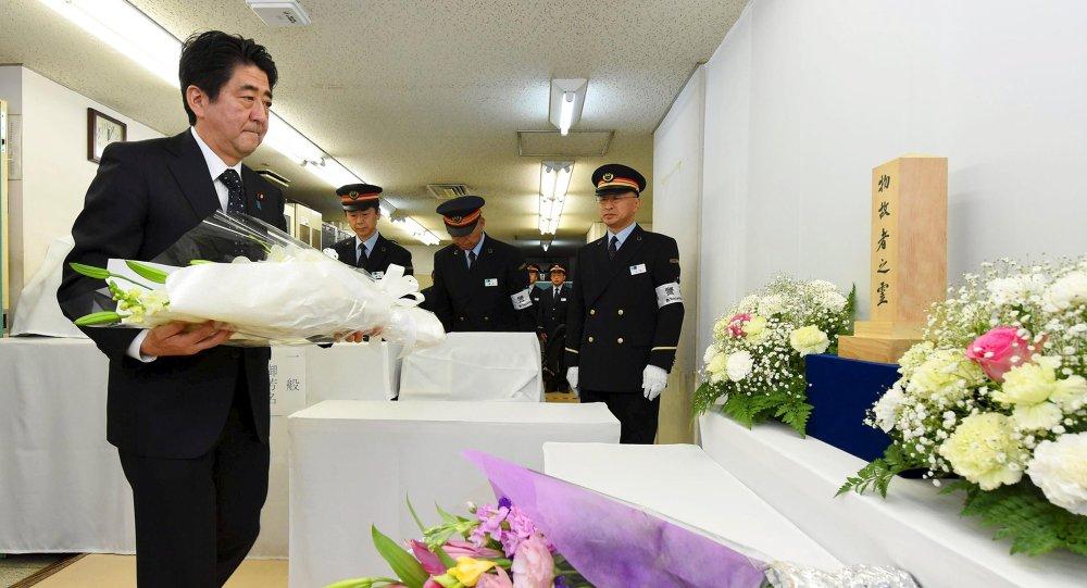 Primer ministro de Japón, Shinzo Abe, rinde homenaje a las víctimas del atentado en el metro de Tokio