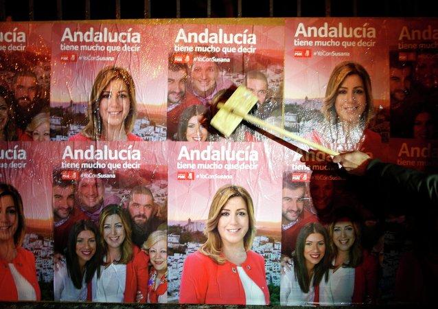 Susana Diaz, miembro del PSOE,  sobre cartel electoral en Andalucía
