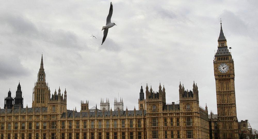 Isabel II llega al Parlamento para leer el programa legislativo del Gobierno