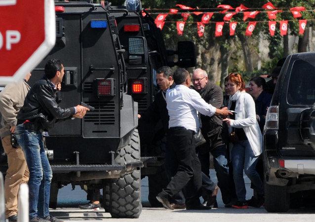 Turistas evacuados por las fuerzas tunecinas