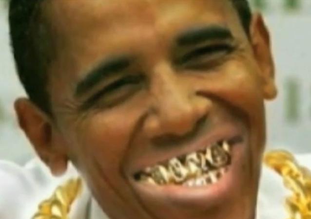 El policía Alex Álvarez produjo un video que muestra al presidente Obama con cadenas de oro y dientes dorados