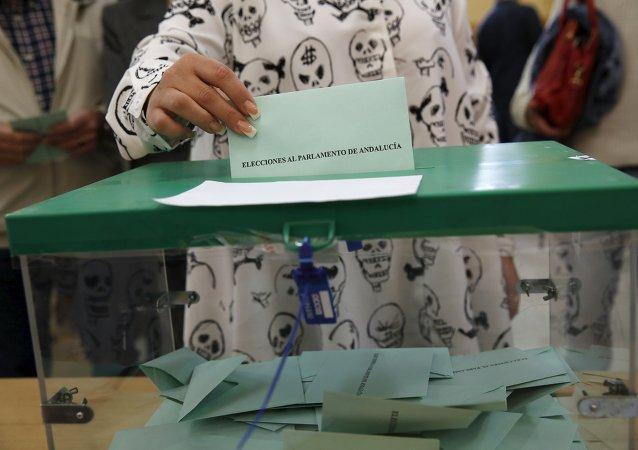 Una mujer ejerce su derecho al voto durante las elecciones en Andalucía
