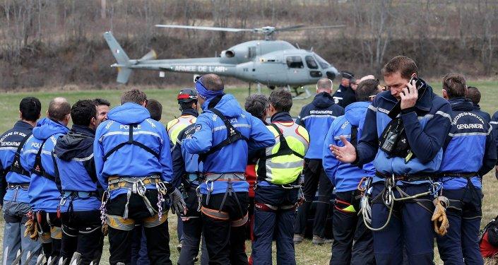 Policías en el lugar del accidente del Airbus A320 en Francia