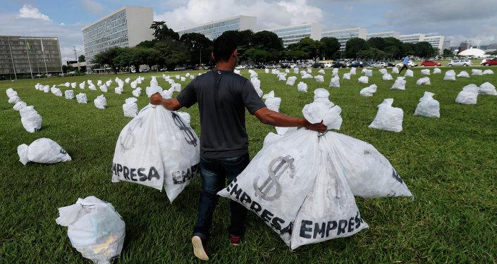Un miembro del Movimiento de Elecciones Limpias lleva bolsas que representan dinero
