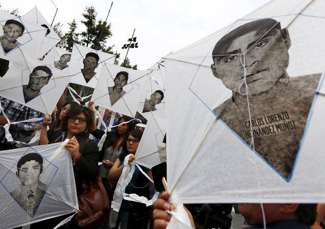 Familiares de desaparecidos de Ayotzinapa piden a EEUU revisar fondos antidrogas a México