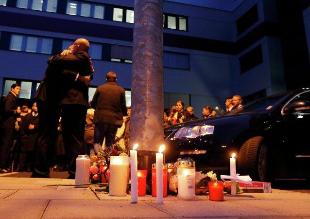 Los trabajafores de Germanwings colocan velas encendidas cerca de la sede de su empresa en el aeropuerto de Colonia-Bonn