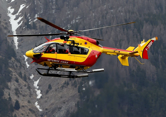 Helicóptero en el lugar del accidente del Airbus A320 en los Alpes