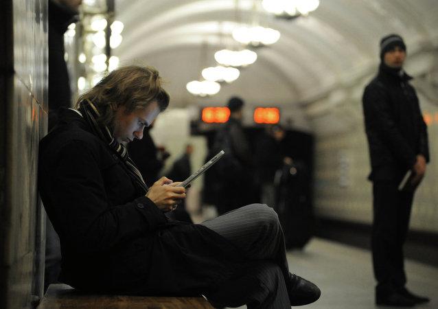 Usuario de internet en el metro de Moscú