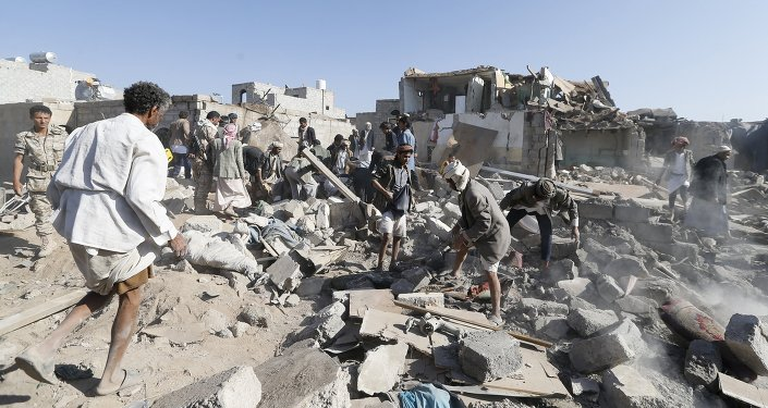 Escombros de las viviendas destruidas por el bombardeo en Saná