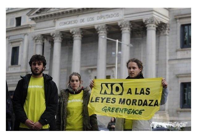 Protesta de Greenpeace en España contra la Ley Mordaza