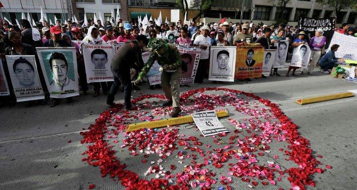 ONG internacionales exigen a México justicia a seis meses de caso Ayotzinapa