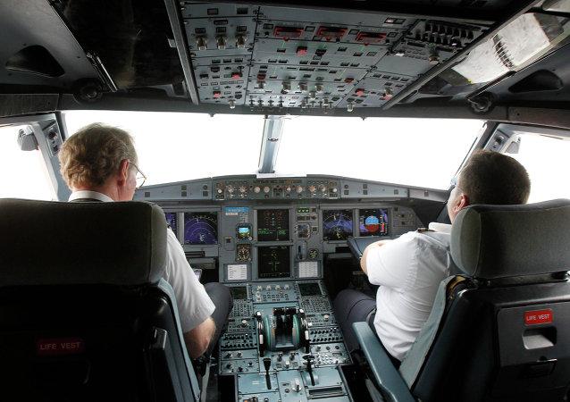Dentro de simulador del vuelo de VietJet A320 (archivo)