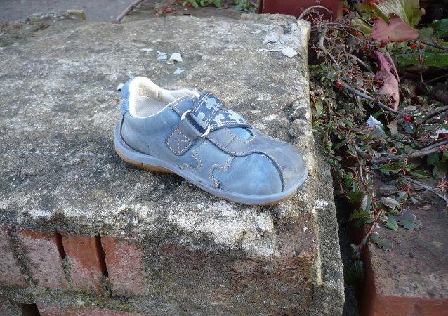 Una zapatilla de niño perdida