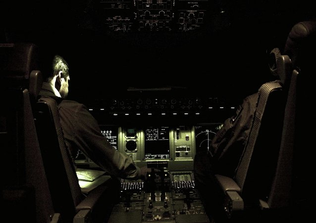 La normativa de dos personas en la cabina durante el vuelo no es la solución, dice experto