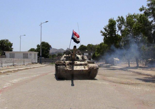 Tanque de las fuerzas de hutíes de Yemen se mueve en una calle en el sur de la ciudad portuaria yemení de Adén