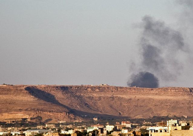 El humo se eleva debido a los ataques aéreos saudíes en Saná
