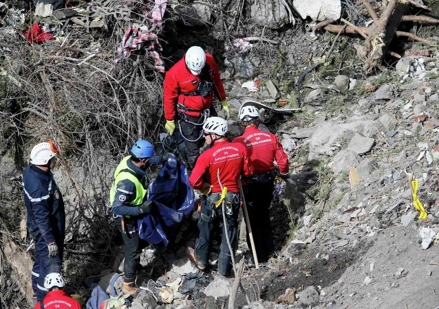 Rescatistas franceses inspeccionan los restos del A320 Germanwings Airbus en el lugar del accidente