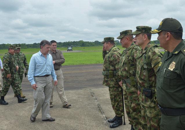 El Presidente Juan Manuel Santos saludó este sábado a los oficiales, suboficiales y efectivos de las Fuerzas Armadas en el Fuerte de Larandia (Caquetá), en compañía del Ministro de Defensa, Juan Carlos Pinzón; y el Comandante de las Fuerzas Militares, general Juan Pablo Rodríguez