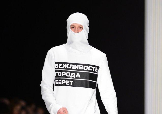 El Ejército ruso desfila en la semana de la moda de Moscú