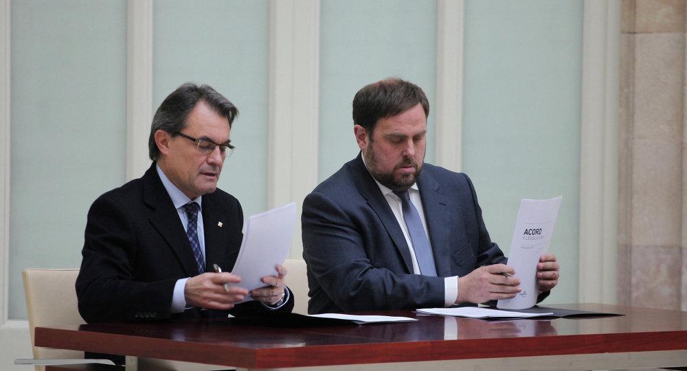 Presidente de Cataluña, Artus Mas (izda.) y líder del partido ERC, Oriol Junqueras (archivo)