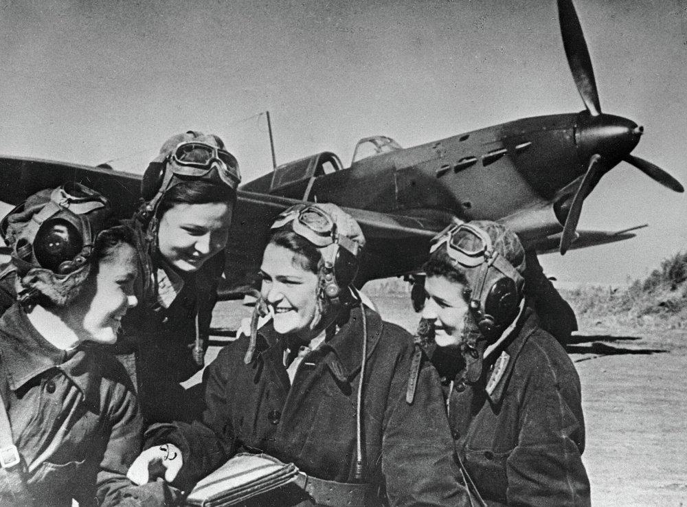 Aviadoras de una escuadrilla de cazas junto a un avión Yak-1
