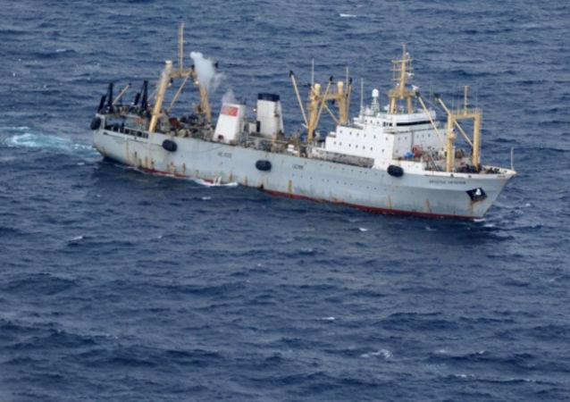 Un barco participante de la operación de rescate en el mar de Ojotsk
