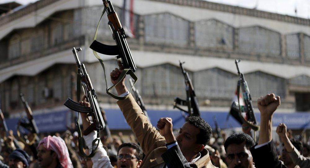 Seguidores de los hutíes se manifiestan contra los ataques aéreos saudíes