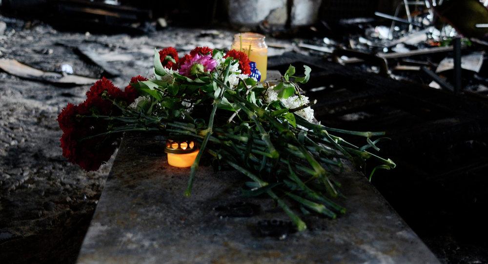 Flores en memoria de las personas quemadas en la Casa de los Sindicatos de Odesa