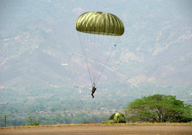 Un paracaidista hondureño (archivo)