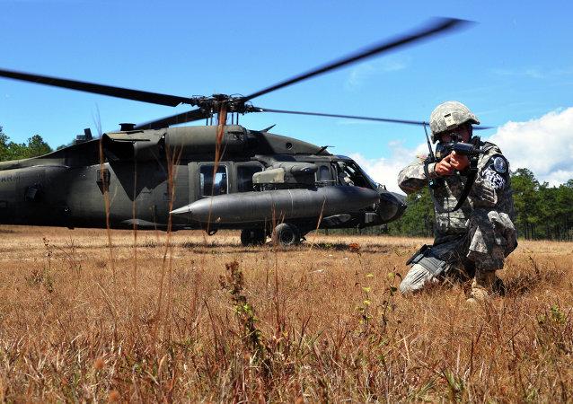 Soldado estadounidense en la base militar aérea de Soto Cano