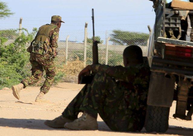 Los soldados de la Fuerza de Defensa de Kenia cerca del campus en Garissa