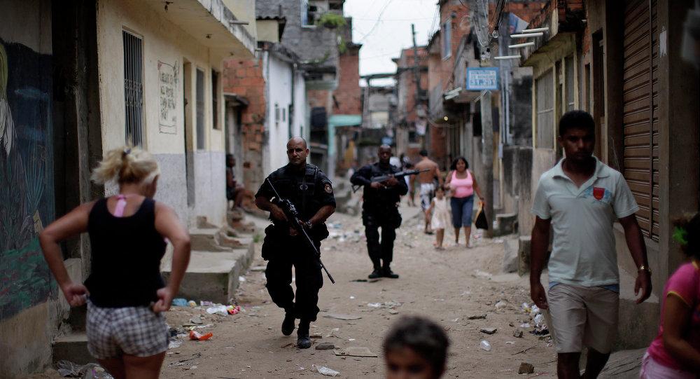 Los agentes del BOPE (Batalhão de Operações Policiais Especiais) patrullan las calles en el Complexo do Alemão (archivo)