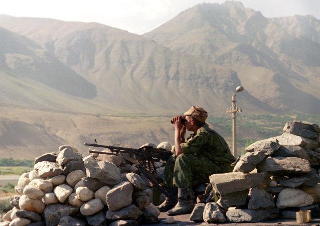 Un soldado en el puesto fronterizo entre Tayikistán y Afganistán
