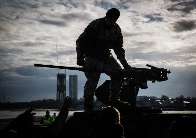 Un soldado a bordo de un Humvee estadounidese