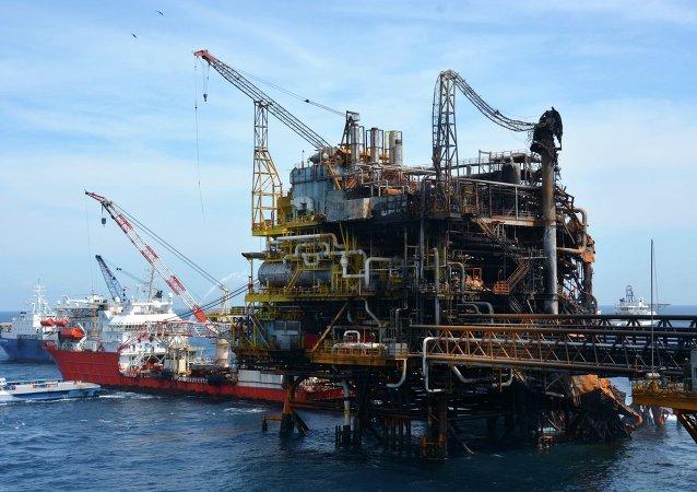 Greenpeace revela foto con mancha en el mar por plataforma incendiada en México