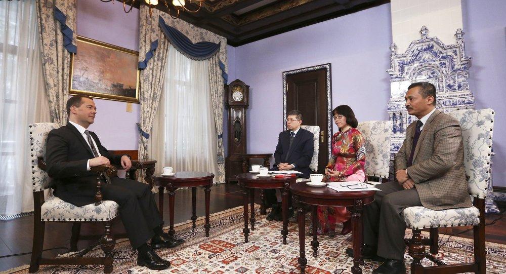 Dmitri Medvédev, primer ministro de Rusia,  durante la entrevista a los medios de comunicación vietnamitas