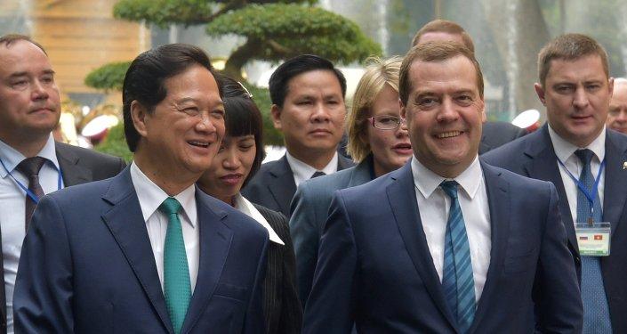 Dmitri Medvédev (dcha.) y primer ministro de Vietnam, Nguyen Tan Dung