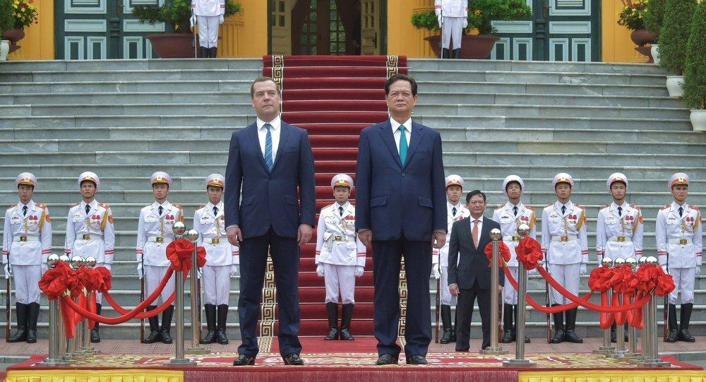 Dmitri Medvédev (izda.) y primer ministro de Vietnam, Nguyen Tan Dung