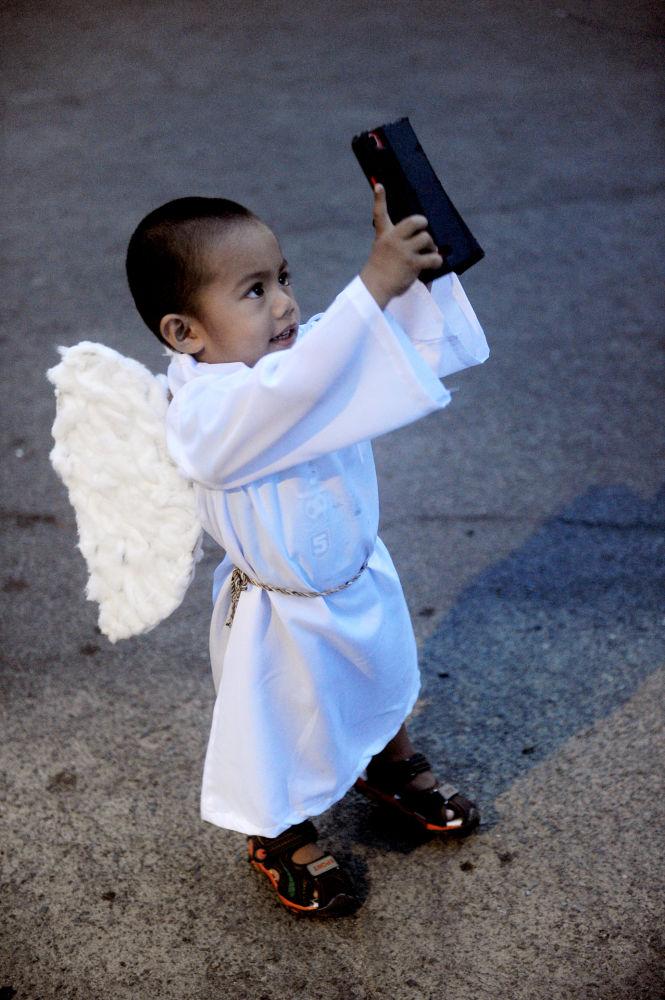 Un niño durante la Procesión Pascual en suburbios de Manila