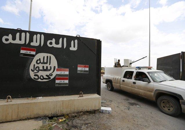 Bandera del EI en Tikrit, Irak