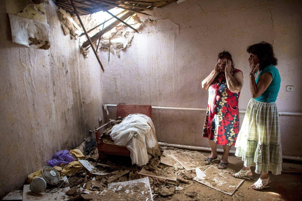 Mujeres en una casa destruida por la artillería ucraniana en Slaviansk